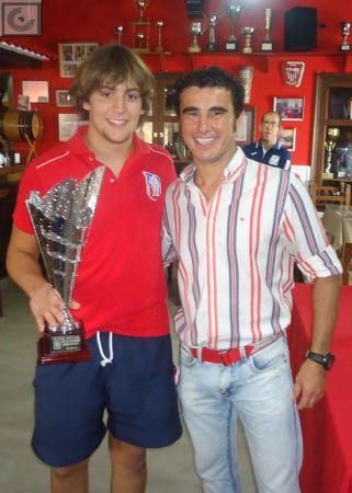 El concejal de Deportes entrega el trofeo de subcampeón al capitán del equipo Revolución.
