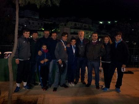 El alcalde, Manuel Toro, y el concejal de Juventud, Bartolomé Panal, en la entrega de trofeos, con participantes y padres.