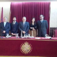 El doctor Galiana (a la izquierda), con los miembros del tribunal y el director de su tesis doctoral.