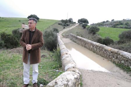 El delegado territorial de Agricultura, Pesca y Medio Ambiente, Federico Fernández, ante el puente del arroyo de Garganta Barrida.
