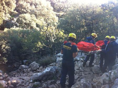 Los bomberos trasladan a la accidentada.