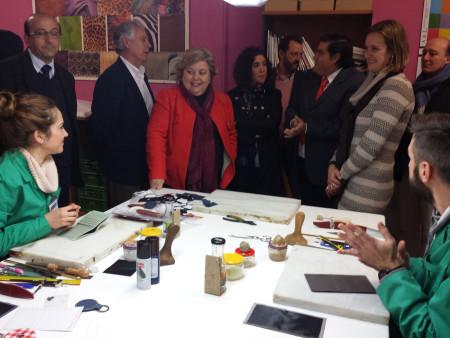 Visita de representantes políticos socialistas y de Empiel a la Escuela de Artesanos.