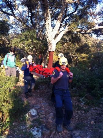 Los bomberos trasladan a una de las accidentadas.