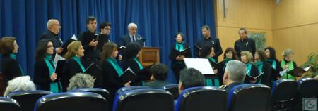 El alcalde, Manuel Toro, lee el manifiesto institucional del Día de Andalucía, ante la Coral Polifónica.