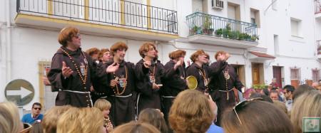 Frailes en el escenario al aire libre de la XIX edición de las Papas Aliñás de la Peña Sevillista de Ubrique.