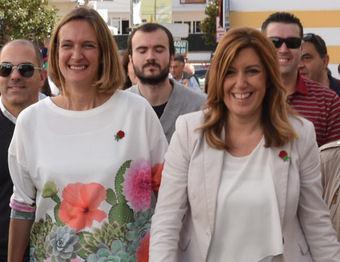 Isabel Gómez, con Susana Díaz, en Ubrique el 11 de marzo.