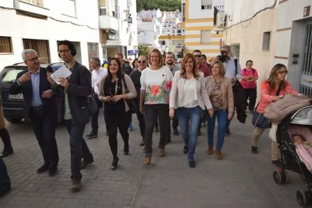 Susana Díaz e Isabel Gómez, por una calle de Ubrique.