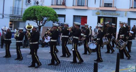 Acompañamiento musical, por la plaza de Colón.