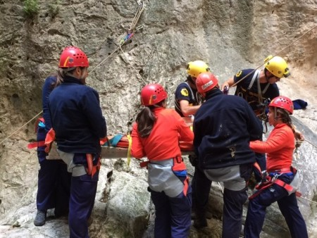 Práctica de bomberos con alumnos de la UCA.