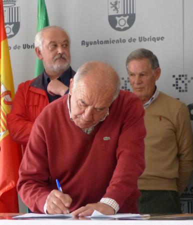 Manuel González, de la Peña Taurina Hermanos Bohórquez, firma el manifiesto.