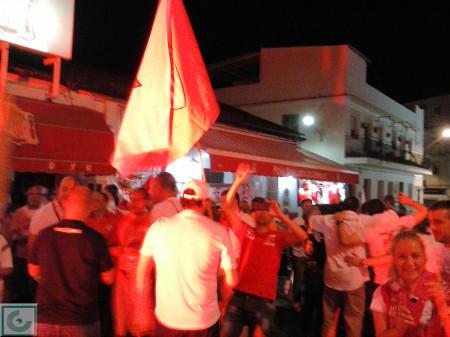 Celebración del triunfo del Sevilla FC en plena calle.