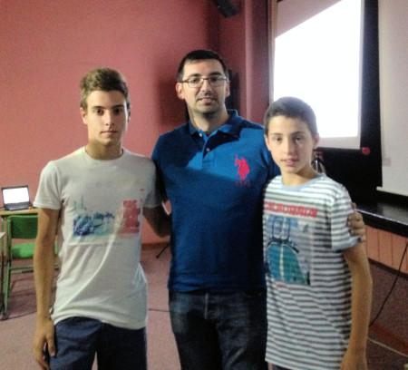 Alejandro García Fernández y Juan García González, con un profesor.