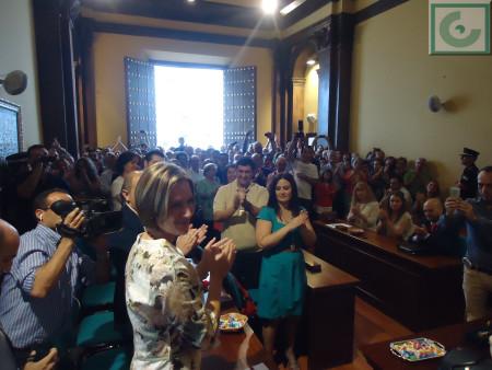 Isabel Gómez García, aplaudida tras ser elegida alcaldesa de Ubrique en el pleno de investidura.