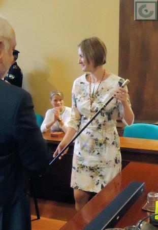 La nueva alcaldesa, con la vara de mando.