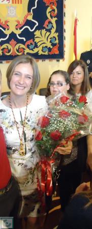 Isabel Gómez, recibiendo las felicitaciones tras su investidura.