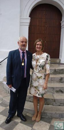 La alcaldesa recién investida, Isabel Gómez, y el alcalde saliente, Manuel Toro.