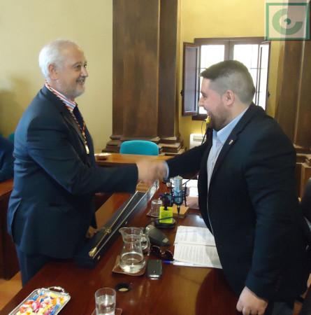 El exalcalde, Manuel Toro (PP), recibe la credencial de concejal de manos del edil de menor edad, también del PP.