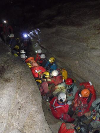 Rescate del accidentado dentro de la cueva.