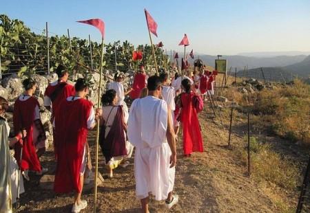 Participantes en la bajada por la calzada de una edición anterior (Foto: Romanos de Ubrique).