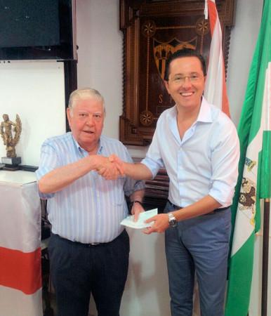 El presidente de la Peña Sevillsita, Juan Luis Ríos Añón, entrega el premio a Juan García Fernández.