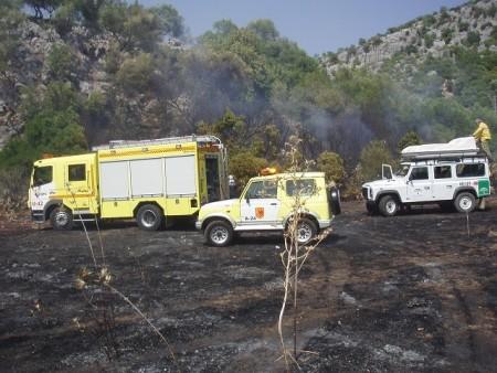 Vehículos de bomberos e Infoca en la zona del incendio.