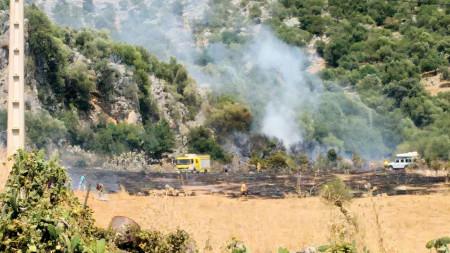 Operarios durante las tareas de extinción del incendio registrado el domingo 2 de agosto de 2015 (Foto: Manuel María Cabello Izquierdo).