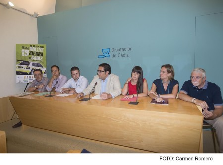 La alcaldesa de Ubrique, isabel Gómez, entre las personas participantes en la presentación de la prueba.