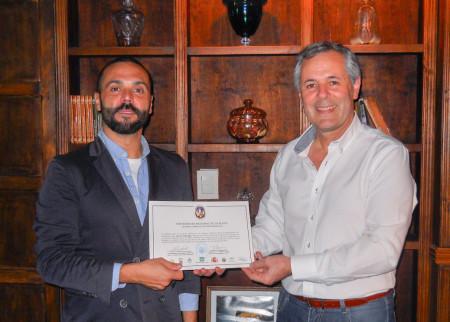 Carlos Santos Valle entrega a Javier Gallego un diploma de honor de la Cátedra de Cultura Andaluza de la Universidad Nacional de La Plata-