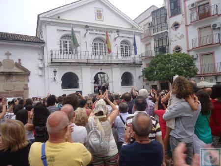 Un nutrido público, que llenó La Plaza, aplaude la entrega del primer premio.
