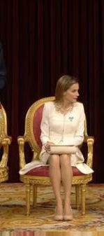 La reina Letizia, con el bolso hecho en Ubrique, en la proclamación de Felipe VI (Foto: Casa Real).