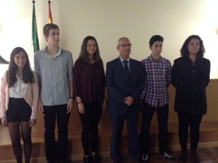 El delegado provincial de Educación, con los alumnos premiados.