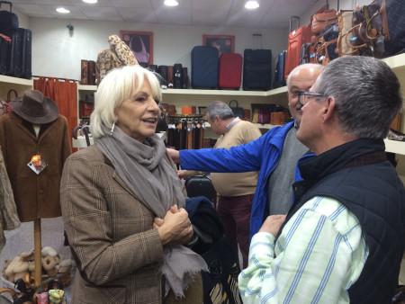 Teófila Martínez y Manuel Toro, en una fábrica de artículos de piel.
