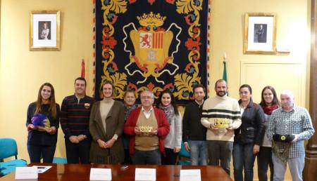 Reyes Magos, pajes y cartero real, con la alcaldesa y el concejal de Fiestas.