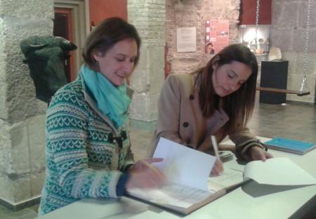 Isabel Gómez y Ana Carrera firman en la ermita de San Juan.