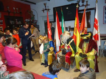 Los Reyes Magos distribuyen los regalos a los socios infantiles de la Peña Sevillista.
