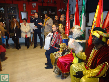 Los Reyes Magos reparten regalos a los socios infantiles de la Peña Sevillista.