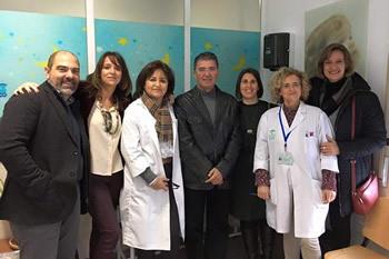 El delegado territorial, con miembros del equipo de gobierno y personal sanitario.