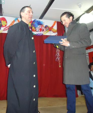 El presentador de la velada, Juan Cristóbal Chacón García, y el presidente de la Peña Sevillista, Juan Luis Ríos Añón.