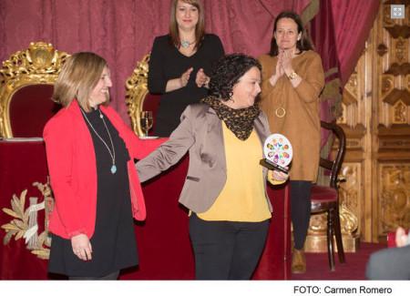La presidenta de la Diputación, Irene García, entrega la distinción a Laura Domínguez.