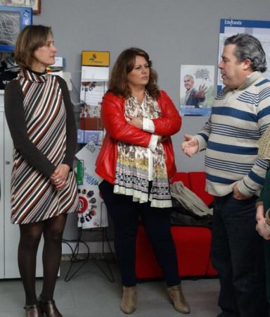 La dipuada provincial Elena Amaya, entre la alcaldesa, Isabel Gómez, y el agente de Guadalinfo, José Luis Aránegas.
