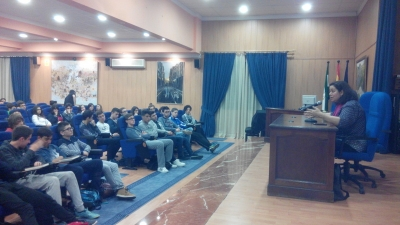 Care Santos, durante su charla (FOto: IES Nuestra Señora de los Remedios).