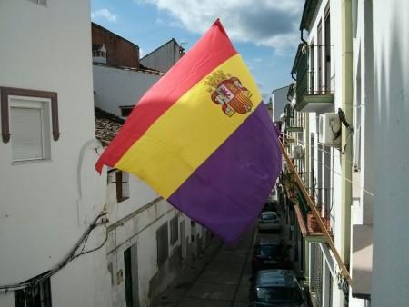Bandera republicana en la sede deIU.