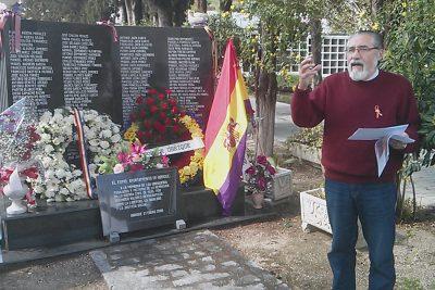 El coordinador local de IU, José García Solano, junto al monolito en recuerdo de los ubriqueños fusilados.