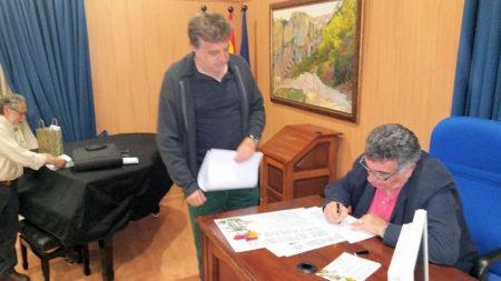 Luis Antonio García Bravo, durante la firma de libros.