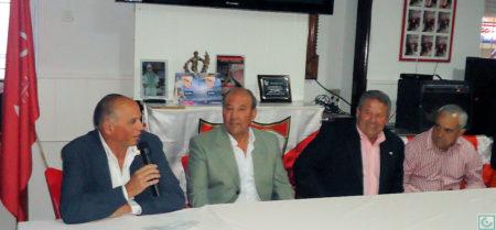 El presidente de la Peña Sevillista de Ubrique, Manuel Sígler, durante su intervención, junto con los ex-futbolistas Sanjosé y Lora y el directivo Miguel Bautista.