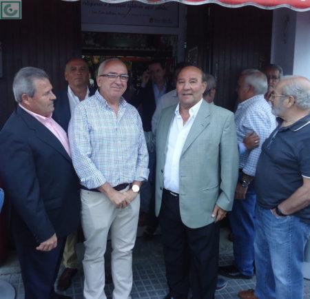 Lora y Sanjosé, con directivos y socios a la entrada de la Peña.