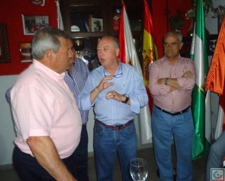 El socio Manuel Agüera conversa con Enrique Lora.
