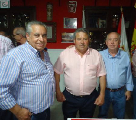 Enrique Lora, con varios socios.