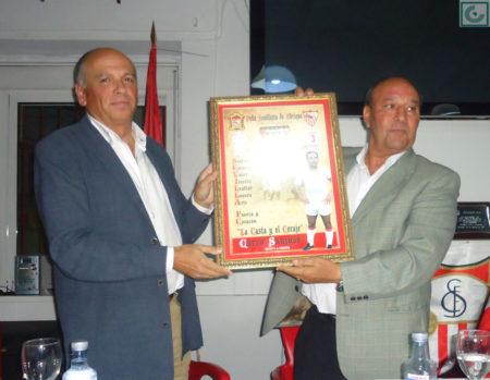 El presidente de laPeña, Manuel Sígler, entrega un cuadro de recuerdo a Sanjosé.