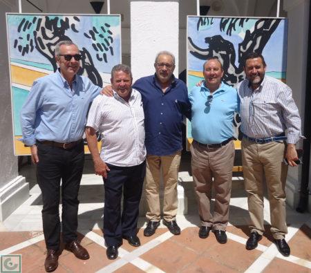 El escritor Antonio García Barbeito, con Lora y Sanjosé, en la inauguración de la exposición de pintura de Agüera en el convento, con el directivo Juan Manuel Román.